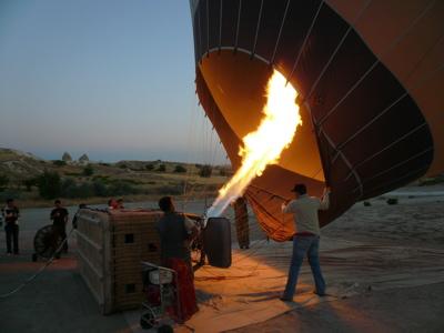 気球に熱気を送り込んでいるところ